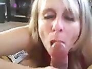 Amatør blond mor gør et blowjob