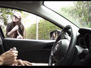 Pigen ser på en sort mand onanerer i bilen