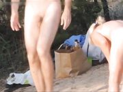 Voyeur-nudister filmes på stranden